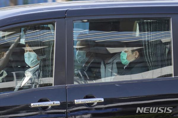 ▲ 2020년 8월 대만으로 밀항하려다 중국 해경에 체포된 홍콩 청년 12명 중 한 사람이 30일 홍콩 당국에 인계된 이후 차를 타고 이동하고 있다. 중국 법원은 이들 청년 10명에게는 징역 7개월에서 3년형을 선고했고, 2명의 미성년자는 추방하기로했다. [사진 : 선전=AP/뉴시스]